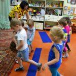 Дети двигаются на занятии математикой