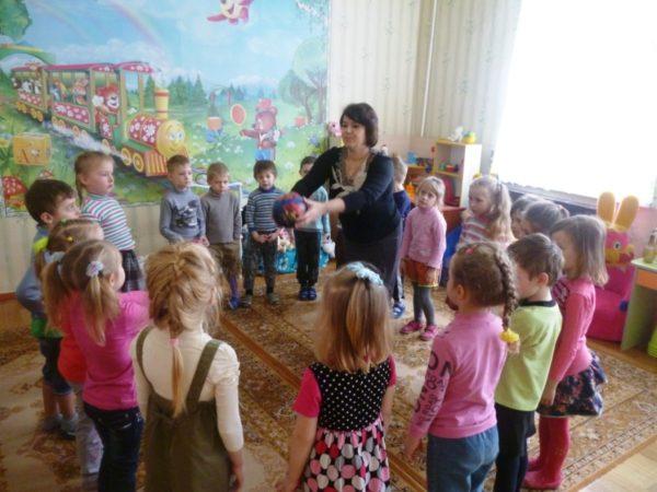 Дети играют с воспитателем в подвижную игру