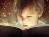 Ребёнок читает книгу