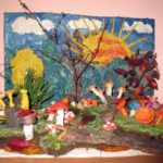 Куски коряг, мха и пластилиновые грибочки объединены в композицию