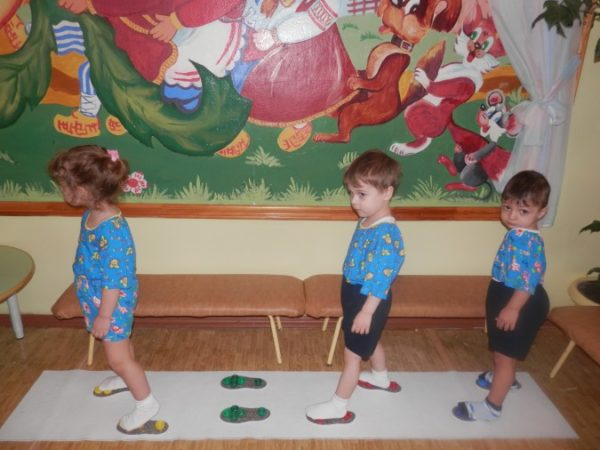 Дети ходят по тренажёру с «приклеенными» ступнями