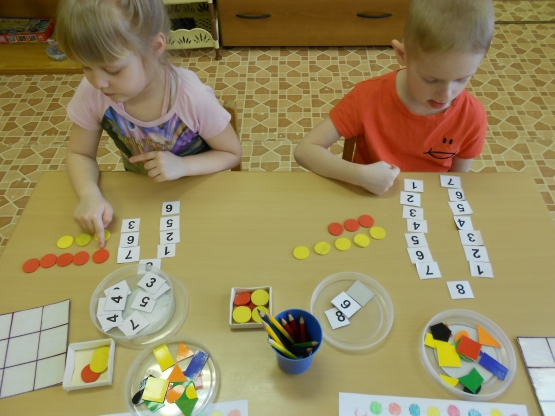 Дети выполняют математическое задание