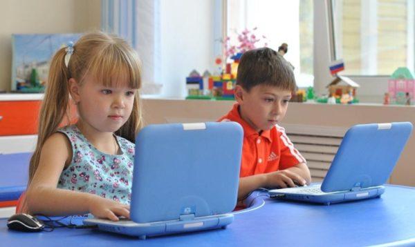 Дети выполняют задание на ноутбуках