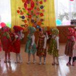 Девочки из средней группы танцуют