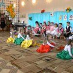 Девочки танцуют в ярких юбках и с лентами