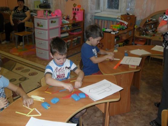 Дошкольники выполняют задание со счётными палочками