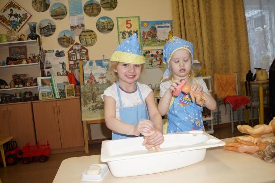 Две девочки моют пупсов