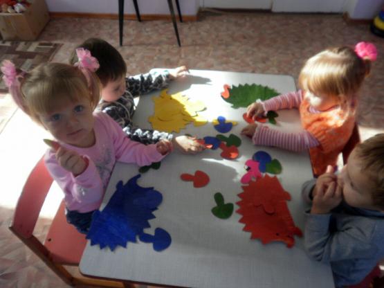 Ёжики (дети подбирают каждому цветному картонному ежу грибочки того же цвета)