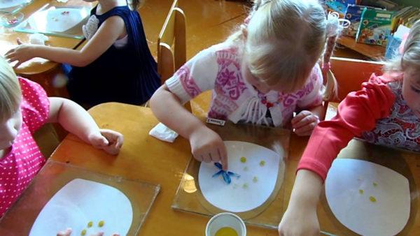 Художественная деятельность (дети расписывают бумажные тарелки)