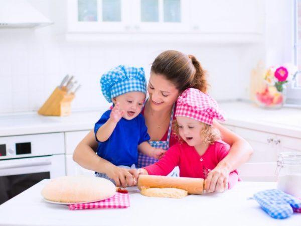 Дети играют в поваров вместе со взрослым