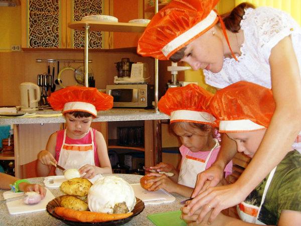 Дети готовят еду под руководством педагога