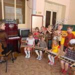 Малыши играют на музыкальных инстументах