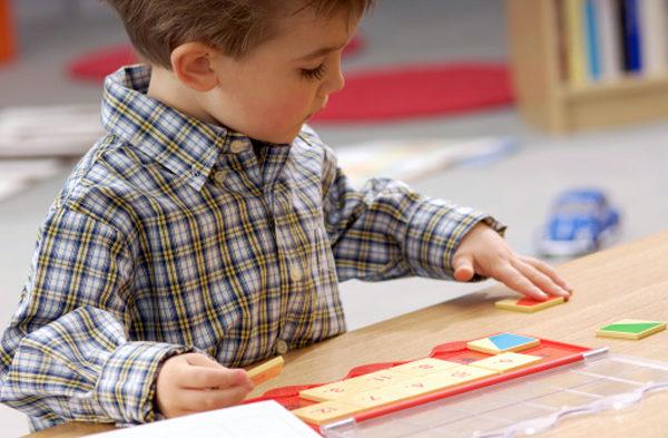 Ребёнок двигает карточки с цифрами по столу