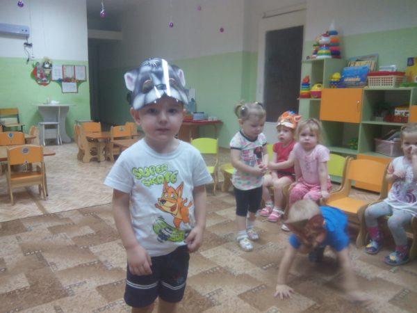Дети в масках животных играют