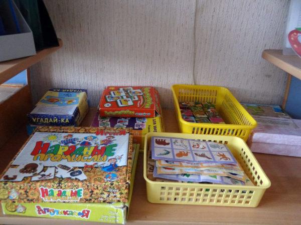 Настольные игры (коробочки и наборы карточек с животными, предметами, фруктами и т. д.)