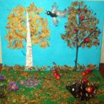 Аппликация: деревья из листьев, птица из перьев: рядом ёжик из шишки