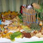 Фигурки из желудей, хижина из веточек, осенние листья