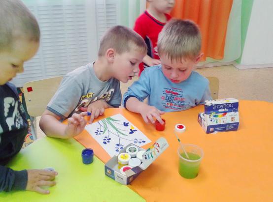 Дети рисуют в пальчиковой технике