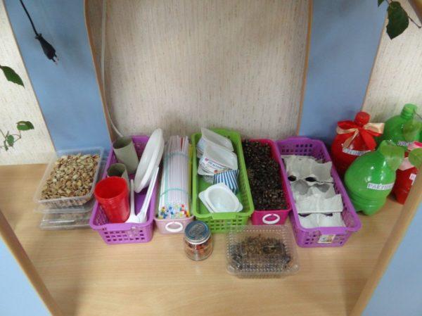 Орешки, семечки, ветки в небольших контейнерах