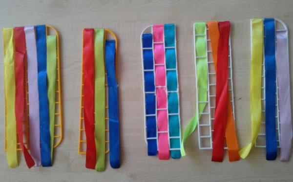 Разноцветные ленточки и кусочки ковриков для мытья посуды