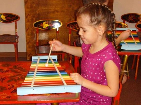 Ребёнок играет на металлофоне