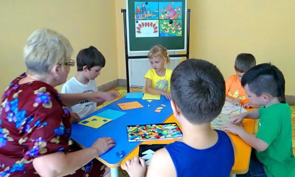 ТРИЗ-занятие (дети решают задачки за столом)