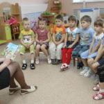 Воспитатель читает ребятам сказку