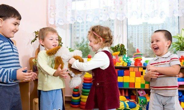 Дети делятся игрушками