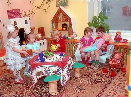 Дети играют в сюжетно-ролевую игру «Семья»