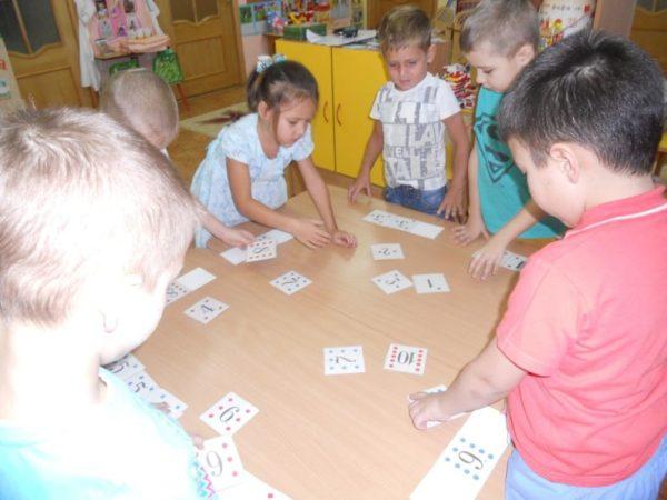 Дети и карточки с цифрами