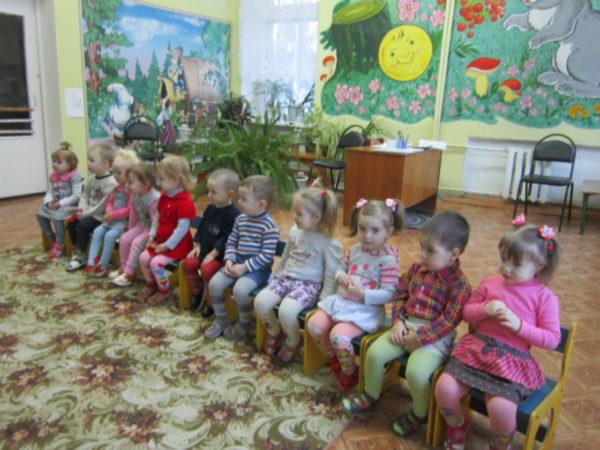 Дети сидят на стульях