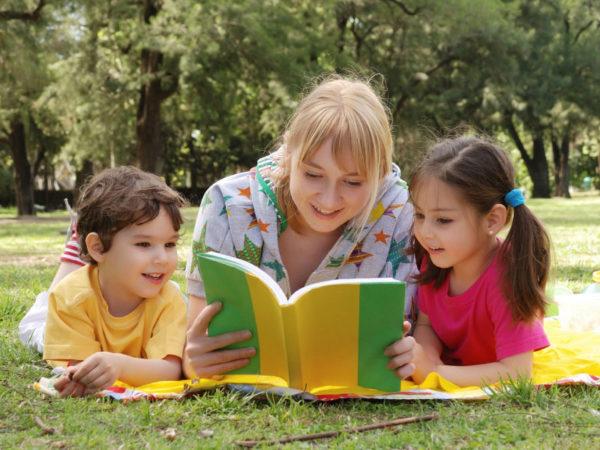 Детям читают книжку