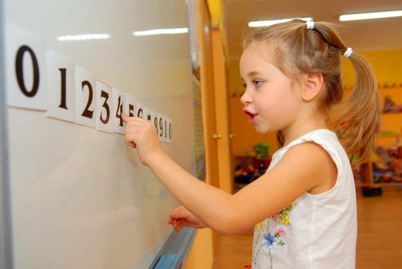 девочка изучает цифры