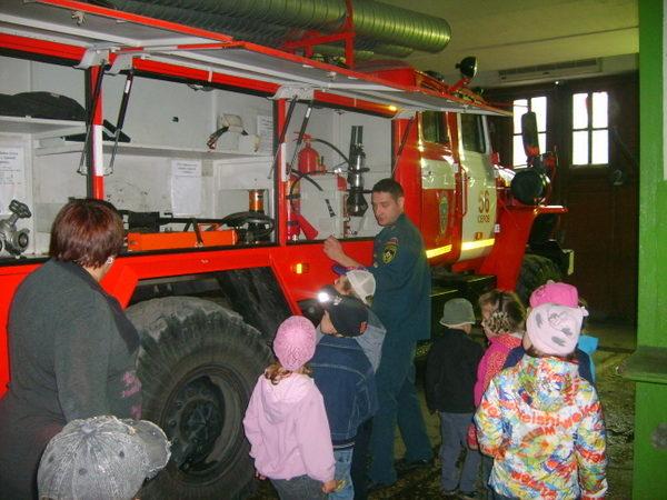Дошкольники рассматривают пожарную машину