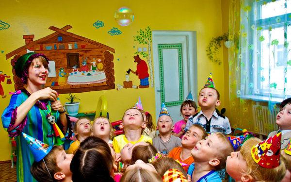 Дети дуют на мыльный пузырик