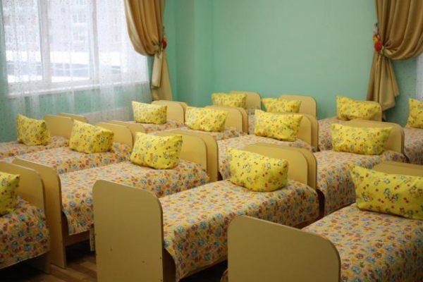 Кроватки, застеленные цветным постельным бельём