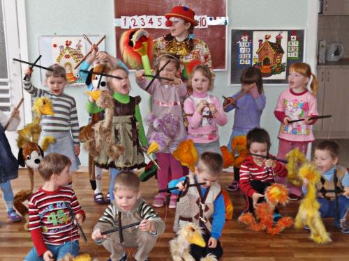 Дети с куклами-марионетками