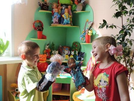 Мальчик и девочка держат куклы-перчатки
