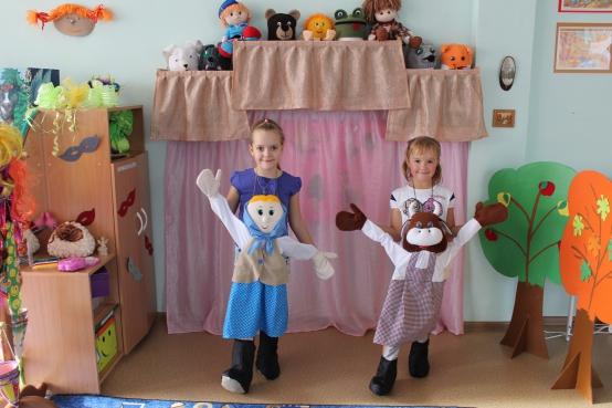 Дети с платковыми куклами, пришитыми к сарафану
