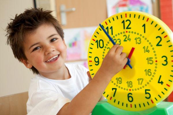 Мальчик с яркой моделью часов