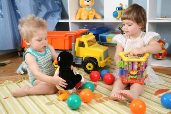 Маленькие дети играют