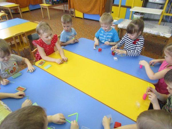 Дети со счётными палочками