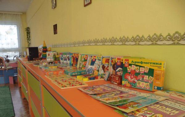 Математический уголок в детском саду с книгами и покупными пособиями