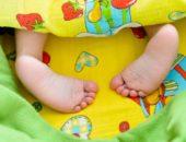 Ножки малыша торчат из-под одеяла