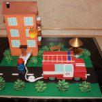 Пожарный тушит дом
