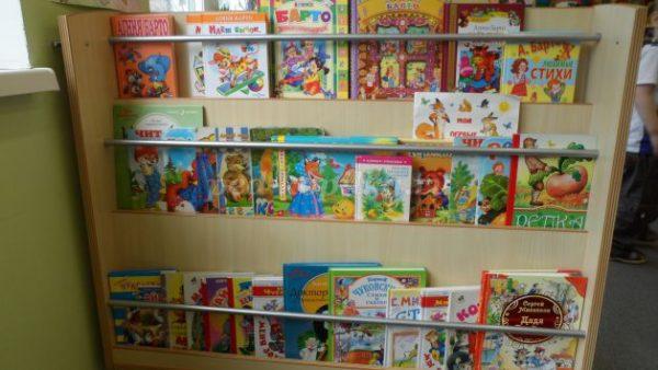 Стеллаж с детскими книжками
