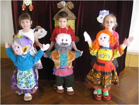 Трое детей с напольными куклами