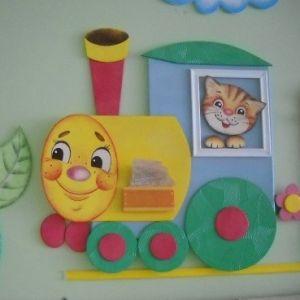 Жёлтый локомотив и кот в окне