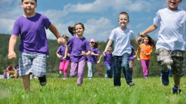 Дети бегут по лужайке