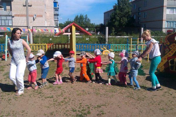Дети идут гуськом между двумя воспитательницами